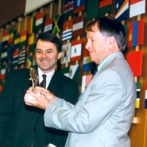 Colin Pearson receiving ICCROM's Award during the 2003 General Assembly