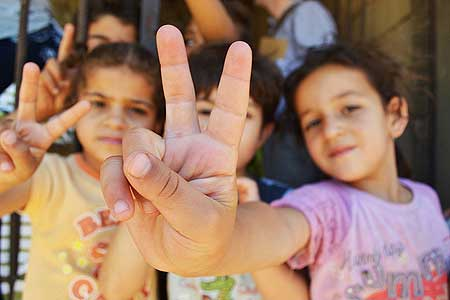 Syrian refugee children giving peace sign